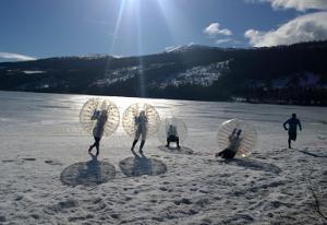 Bubble Soccer im Winter in Schweden