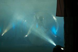 Wasserlaufball auf der Theaterbühne