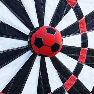 Beim Soccer Dart schießt man mit speziellen Fußbällen auf eine Klettscheibe